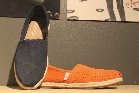 Toms lille vinkel sko blue navy orange suede perforated leather