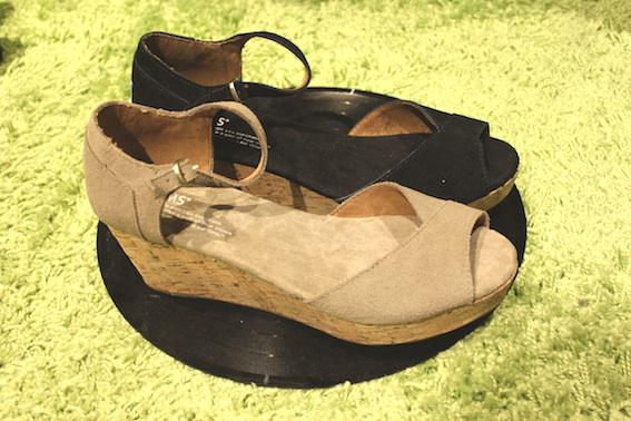 Toms lille vinkel sko black beige suede leather wedge